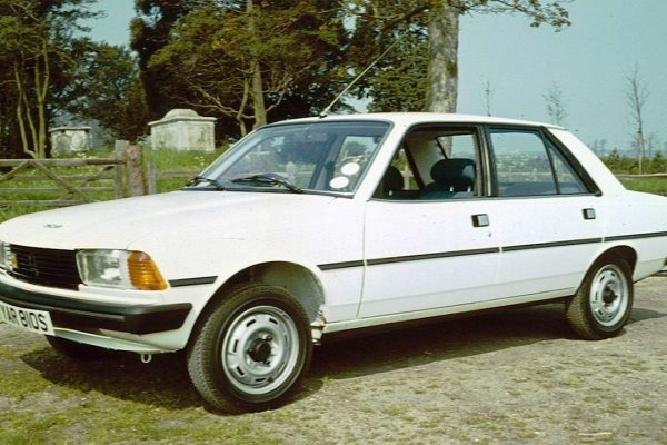 Peugeot_305_with_graves_1977
